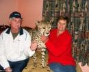 Jolie el guepardo con sus dueños Magda y Japie Pienaar en su casa en Bloemfontein, Sudáfrica